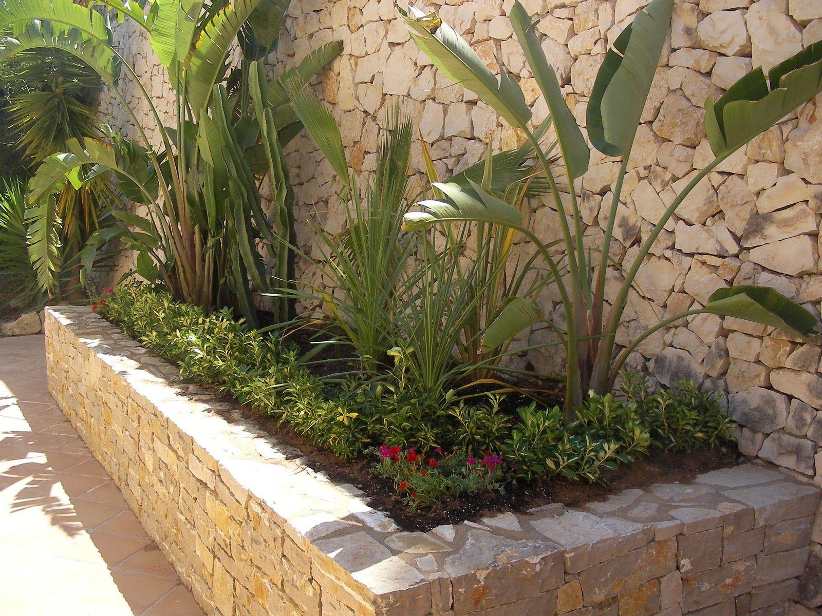 Paisajismo jardineras con piedras buscar con google for Jardines pequenos originales