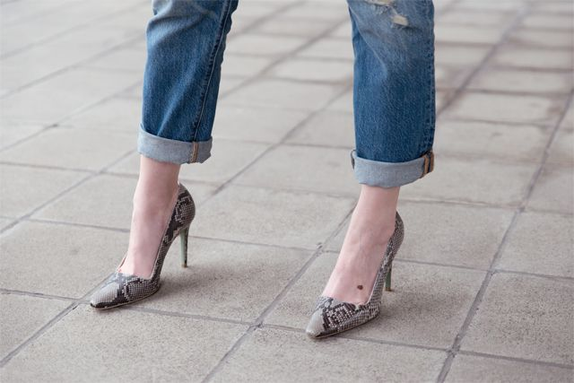 Outfit with Levis' 501 CT jeans, white minimal Magdalena top, Fred de la Bretonière snake heels, MAC x Nasty Gal Stunner matte lipstick, half bun hairstyle on yayzine.com Belgium