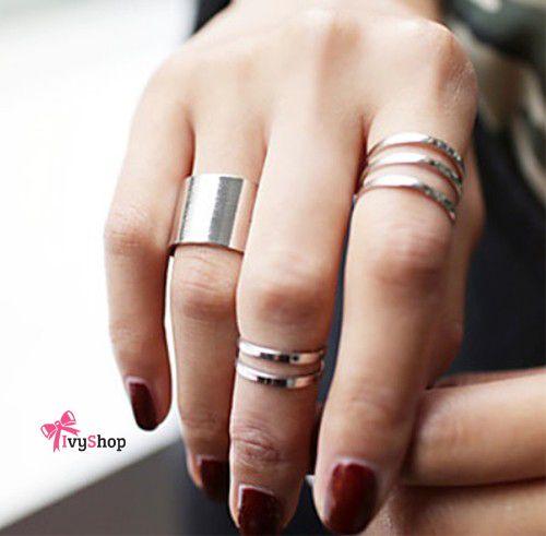 571646cb947 A onda de usar anéis em vários dedos tomou conta da produção das mulheres…