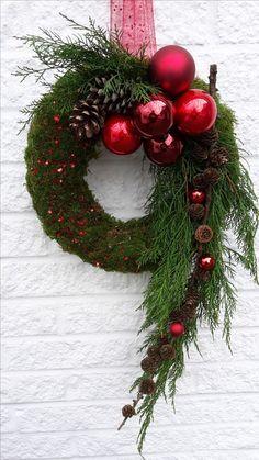Türschmuck für die Adventszeit #Haustür #weihnachten #Weihnachtsbaumkugeln #Christbaumkugeln #Lärchenzweig #Türkranz #BlumenKränze #juledekorationideerdiy