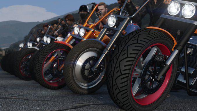 """Spielt ihr gern den Multiplayer-Modus von GTA 5, gibt es eine frohe Botschaft: GTA Online erhält einen Biker-DLC.Für den Online-Part von GTA 5 sind bereits zahlreiche Inhalte erschienen, doch erst jetzt kündigt Rockstar ein Bikers-Update für GTA Online an. Wie in der TV-Serie """"Sons of Anarchy"""" düst ihr im DLC mit eurem Motorrad über die Straßen, macht aus jungen Anwärtern echte Toprocker und schließt lukrative Geschäfte für euren MC ab."""
