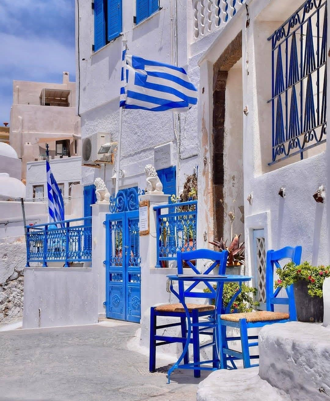 Santorini island Blue and white, harmony for the eyes ...