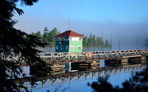Ahmek est le camp pour garçons. Situé sur au bord du lac Canoe dans la parc provincial de Algonquin en Ontario, au Canada.