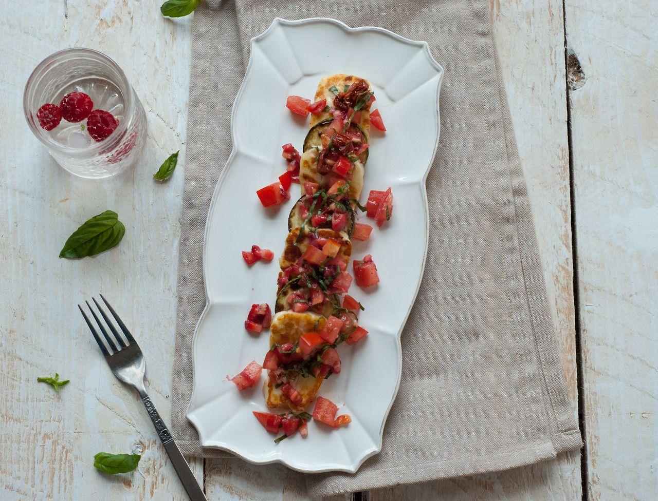 Courgette et Halloum poêlé, salsa de fraises et tomates
