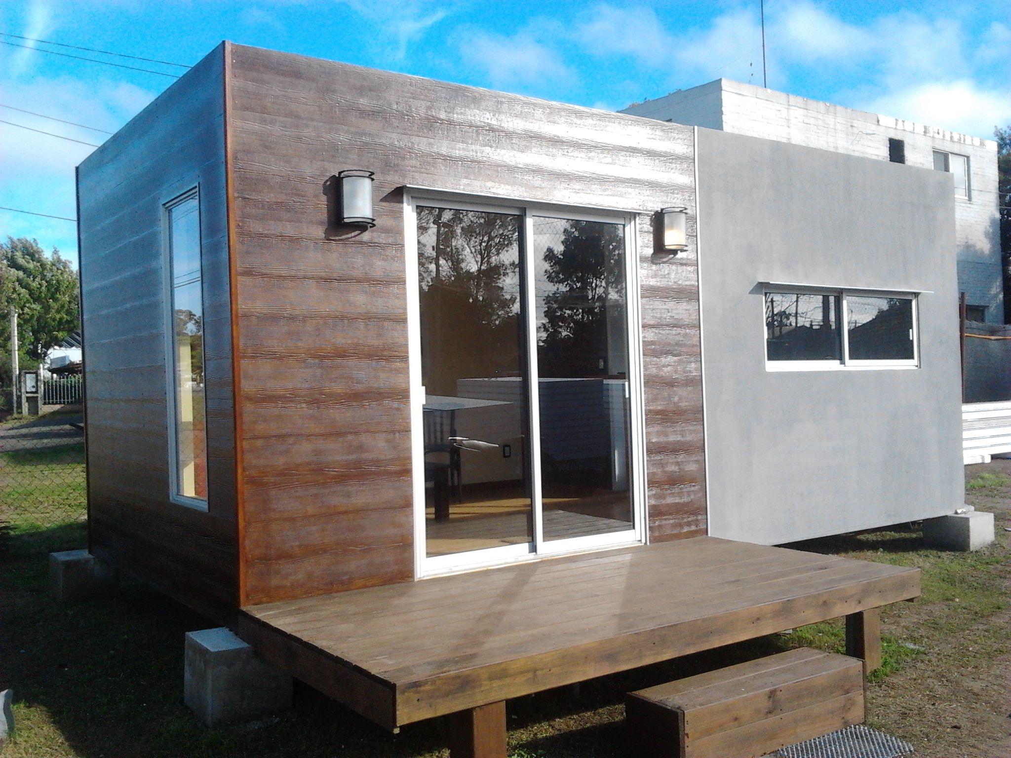 Módulo de 6x3m en Isopanel con deck, revestimiento interior en yeso y exterior con revoque y madera.