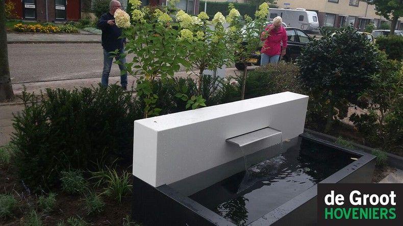 Waterelement in de voortuin met een rvs waterspuwer deze for Voortuin strak modern