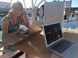 """Maren lebt & arbeitet auf einem Segelboot """"Es ist egal, von wo aus wir arbeiten"""""""
