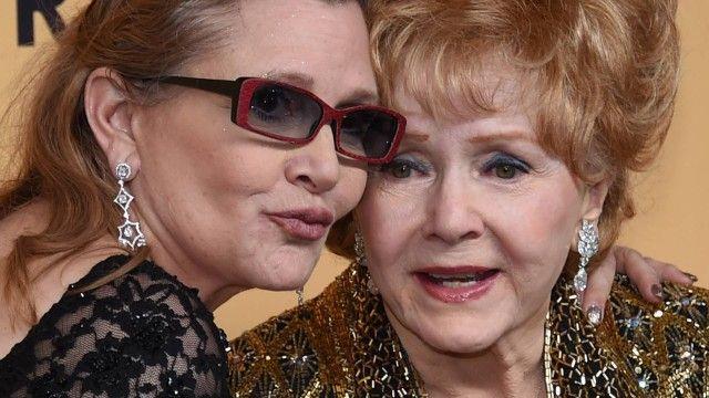 """A atriz Debbie Reynolds, de 84 anos, mãe da também atriz Carrie Fisher — a princesa Leia da saga """"Star Wars"""" — morreu na noite desta quarta-feira num hospital..."""