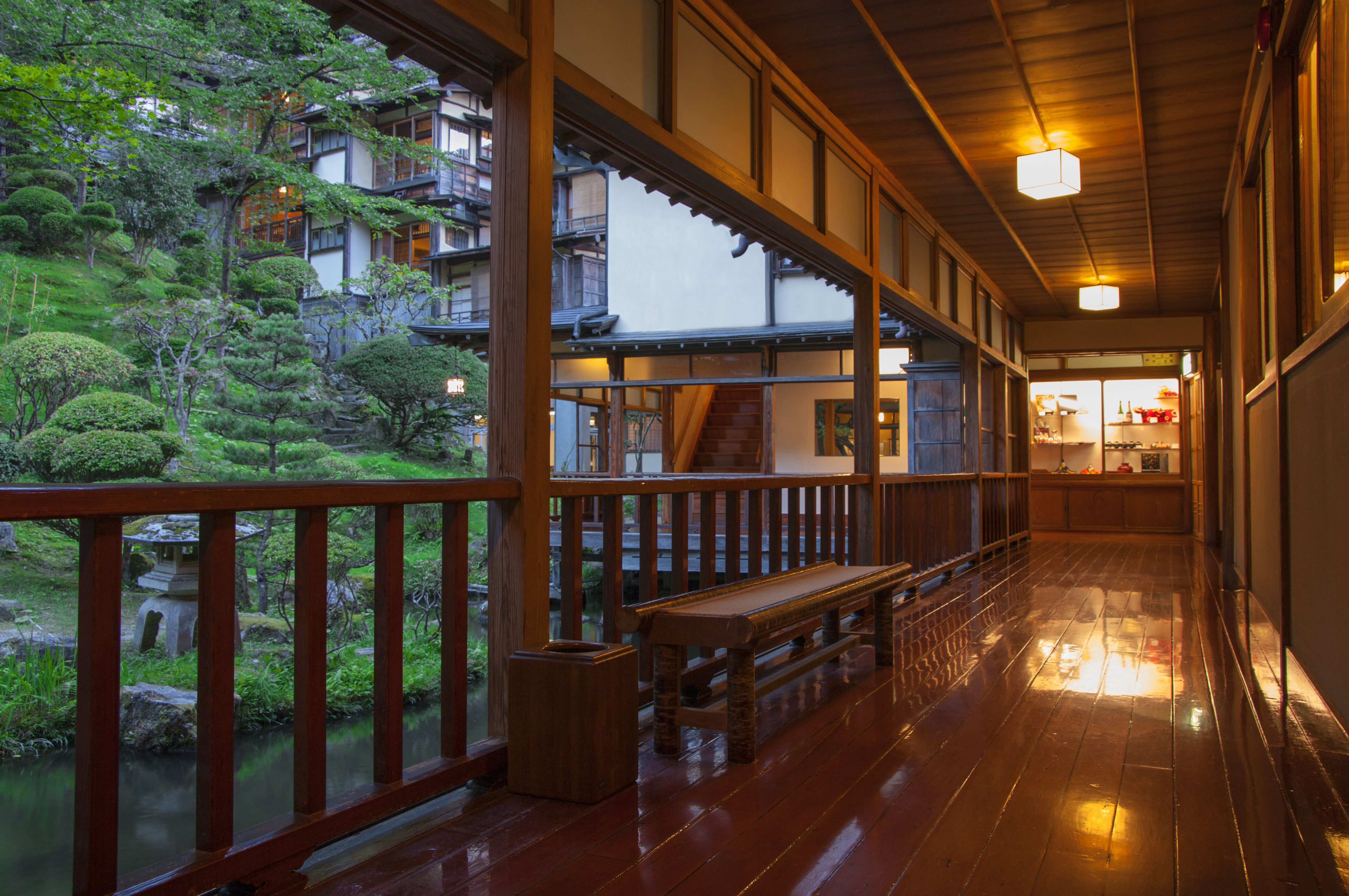 会津東山温泉 向瀧 池沿いの廊下 旅館 温泉 木造建築