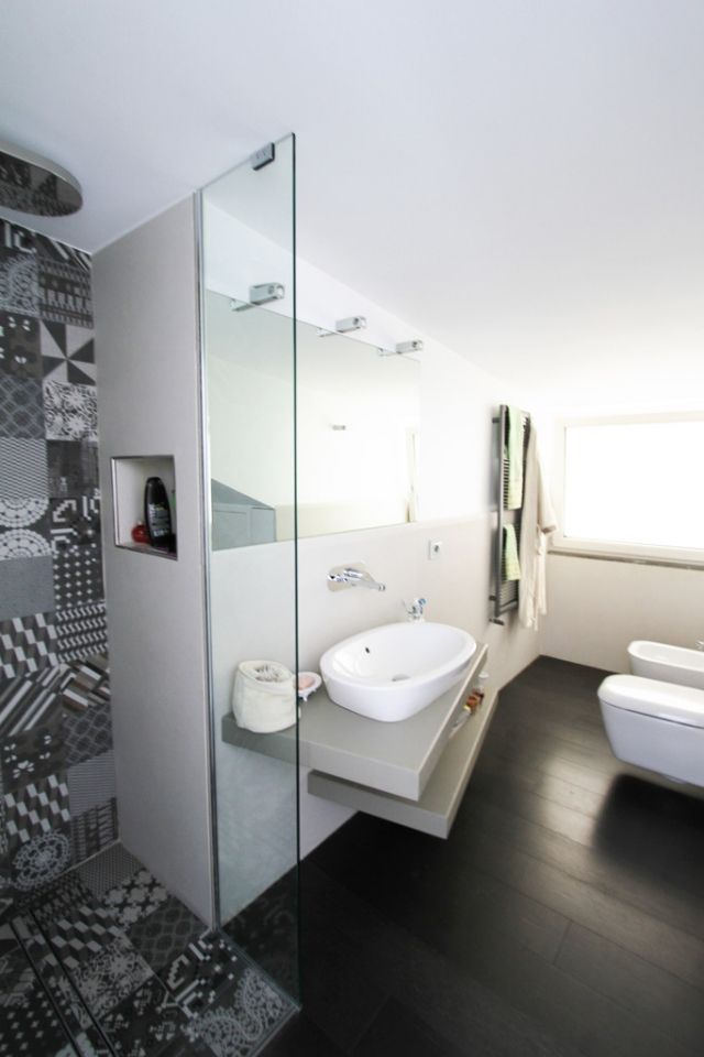 ideen-kleine-bader-dusche-mosaik-schwarz-weiss-muster-glaswand - kleine badezimmer design