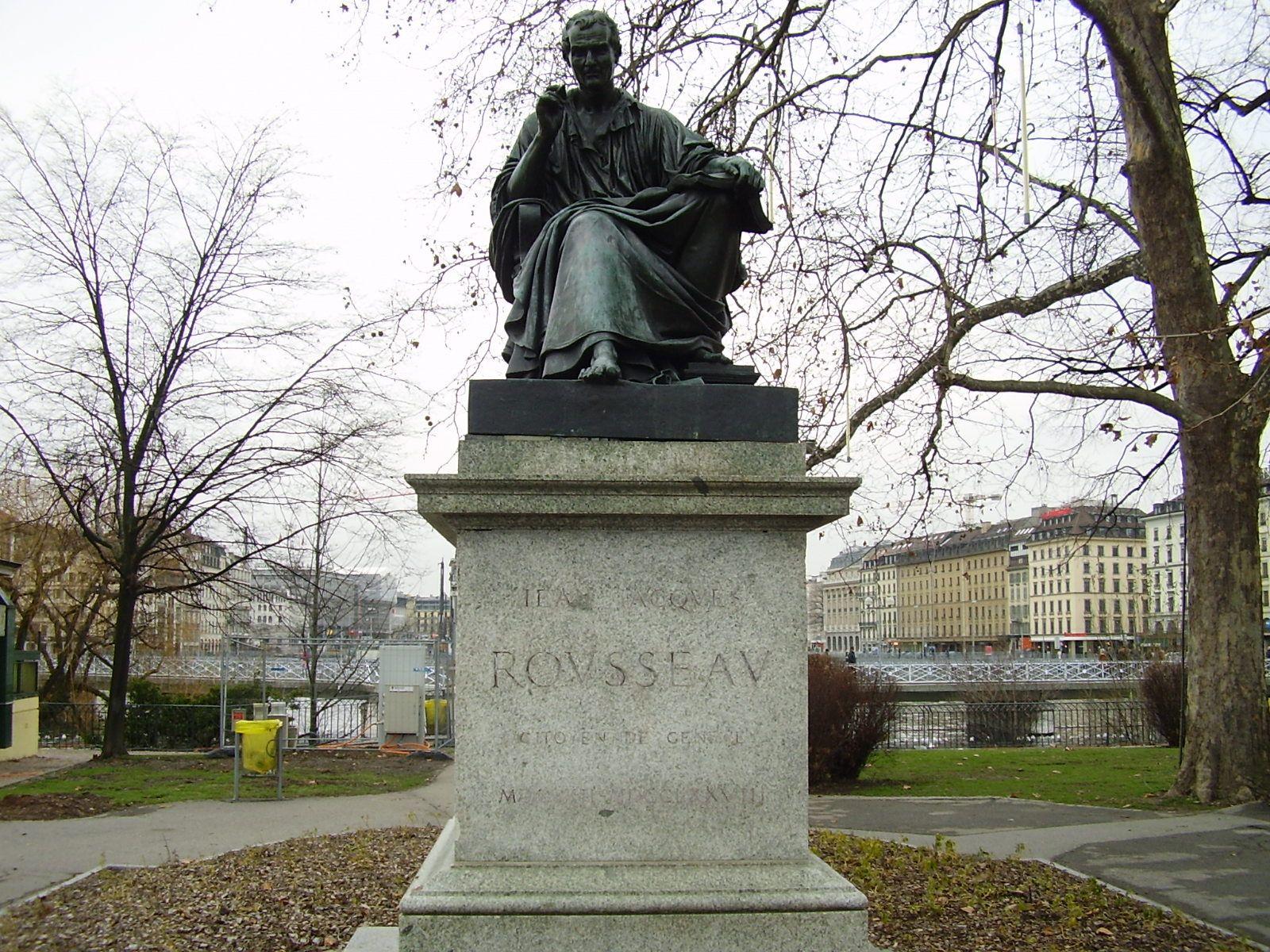 Estátua de Rousseau com a cidade ao fundo.
