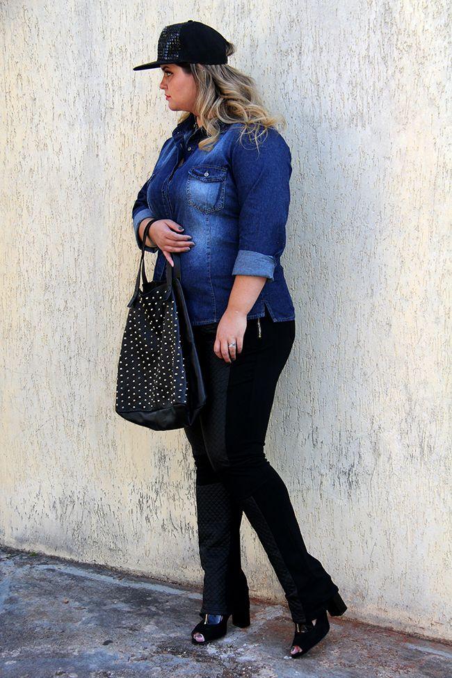 f69e52489 Adoro esse look plus size que combina calça de couro com camisa jeans e  boné! Ele fica bem despojado e fashion!