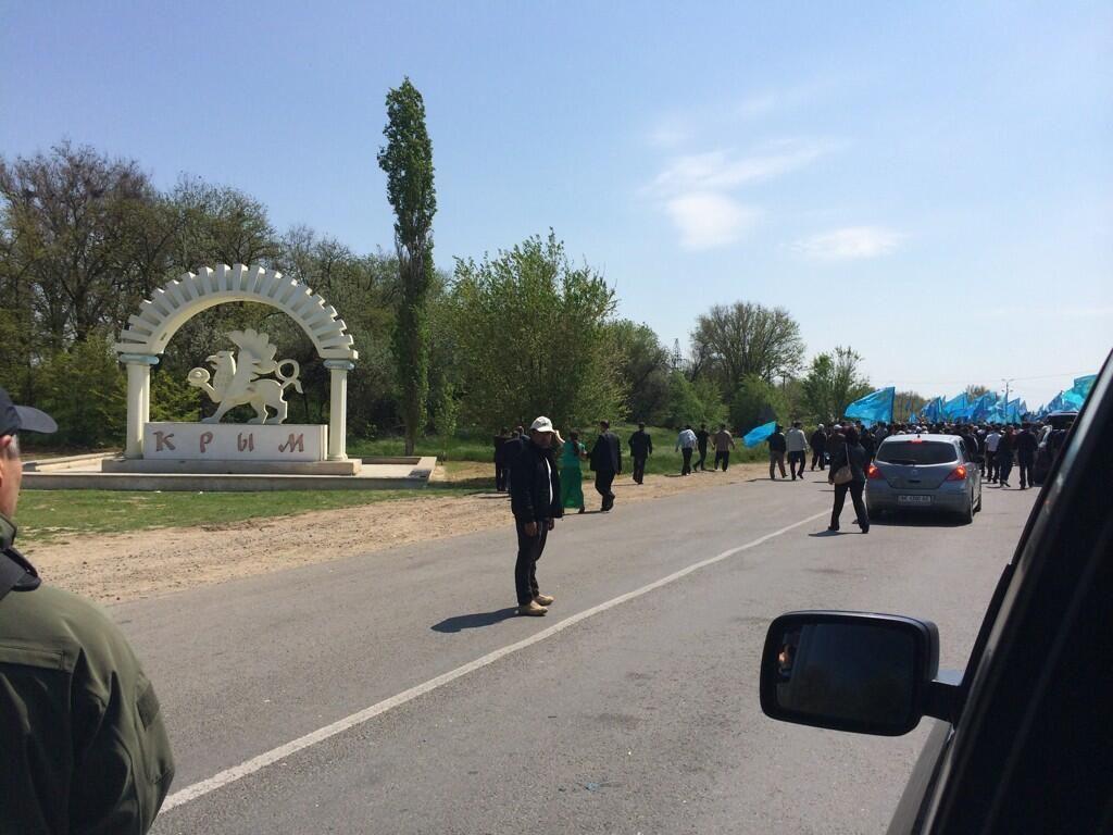KIRIM Girişi. #KIRIM,#Crimea. pic.twitter.com/6J4hsms6Zy photos of the stand-off over Mustafa Dzhemilev entering Crimea, see @A_OMERKIRIMLI's timeline. A lot of police to stop one old man. 03-05-14