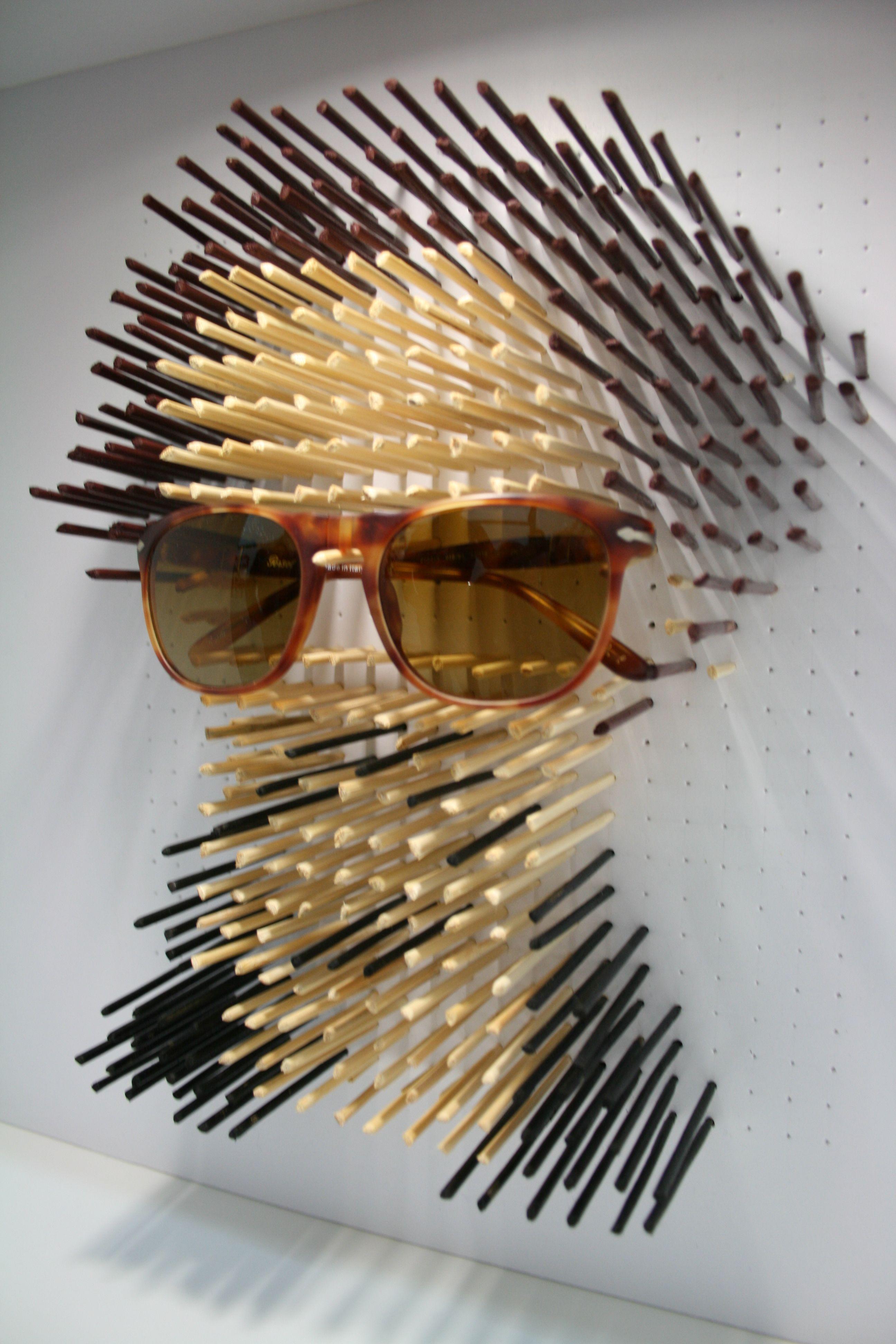 andrea  me parece un escaparate muy original donde simulan una cabeza con  palos de colores y exponen las gafas dadndole protagonismo c3f55718e8