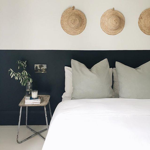 sous bassement du mur peint en noir charbon toujours un bel effet avec le noir chambre. Black Bedroom Furniture Sets. Home Design Ideas