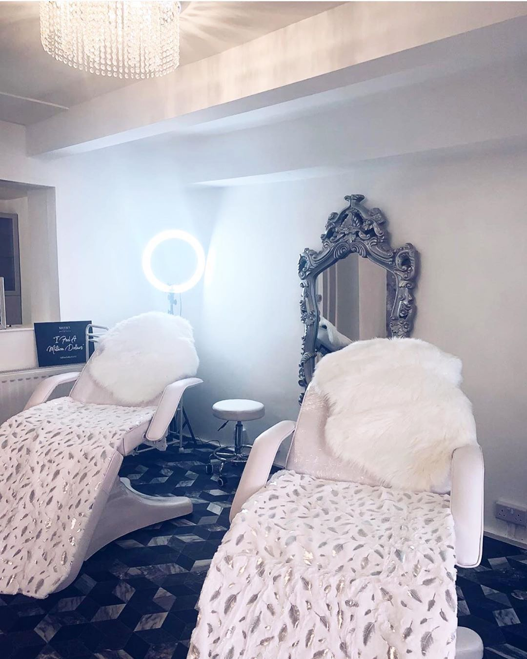 It's all about a little glam, very simple Room but The key here is the Glam Vintage mirror and glam set up on the beds, with an elegant chandelier , all these 3 elements make the impact in this room ????  LASH ROOM DECOR CREDIT : @thebeautyinvestor . . . . . . . . . . . . . . . . #lashes #lashhdecor #lashstudio #lashes  #bellalash #lashroom #lashinspo  #walldecor #decor #lashgoals #lashqueen #lashartist #lashtech #lashboss #lashextentions #salondecor #decor #lashsetup #lashroom #lashroomdecor #lashroomdecor