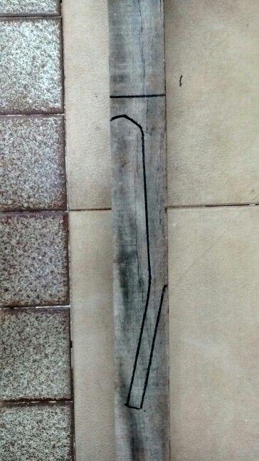"""Pedaço de caibro com as marcações Laterais. O comprimento da escala de um Ukulele Soprano é de 33 cm A """"mão"""" do instrumento é onde vão as tarraxas de afinação. Esta parte é preferencialmente inclinada para que as cordas não desafinem tão facilmente e para que as mesmas não escorreguem da pestana."""