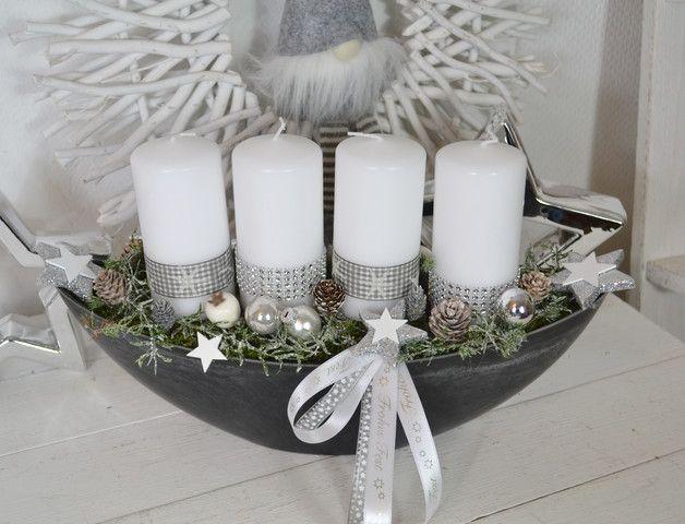 Hallo zusammen! Wir bieten Euch hier einen schönes Adventsgesteck in einer Schale an. Eine Schale Schieferoptik (Schiffchen, oval) mit 4 Kerzen (Kerzenbrennschutz) wurden mit Strass- und... #adventkransen