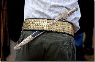El gaucho argentino solía llevar 2 cuchillos, el verijero, un cuchillo de aprox 15cm,que se llevaba adelante, a la altura de la vejiga (verijas), con el filo hacia abajo, y el cabo a la derecha. Y en la espalda portaban el facón o daga, con el cabo arriba y hacia la derecha y el filo de la hoja hacia arriba, en este caso los cuchillo eran de mayor porte, no menor de 30cm.