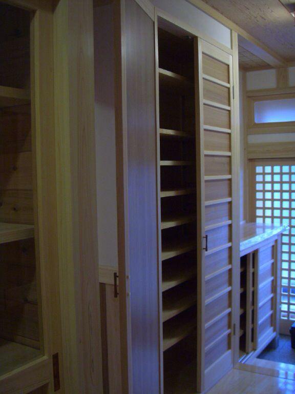 桧と杉の玄関収納(桧の家)奈良県橿原市・木の家・秦建築