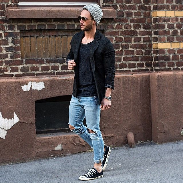 640a54b997ff8 Moda masculina, touca cinza, óculos de sol, camiseta preta sobreposta por  jaqueta preta, calça jeans destroyed e tênis preto