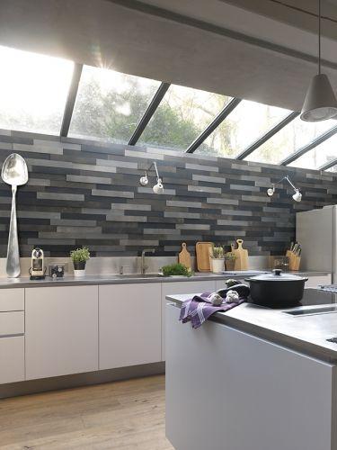 Un mix mur relief en bois par Imberty et crédence métal dans une - comment accrocher un meuble de cuisine au mur
