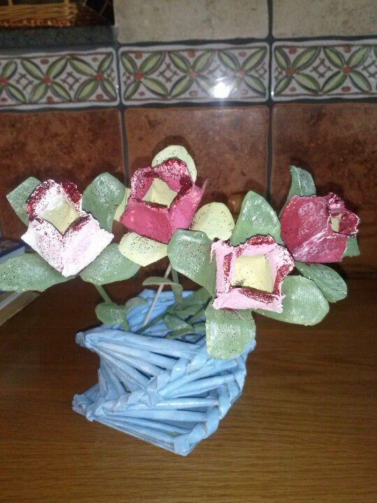 Flores realizadas con hueveras y cesto de periodicos.