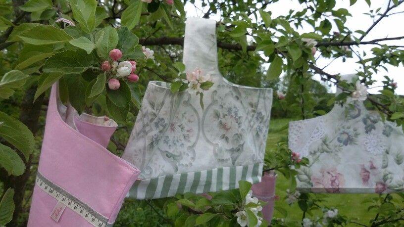 Kierrätyskasseja: KääntöKassit ovat antaneet uuden elämän verhoille ja lakanoille. Ihania kasseja voi käyttää vaikkapa käsitöiden projektikasseina, kauppakasseina tai vain iloista mieltä tuottamaan! Recycled bags are made of old curtains and bed sheets.  Cute bags can be used as shopping bags, project bags or just to give a good mood!  Made by ahoDsgn,  Finland. www.tilantunne.fi