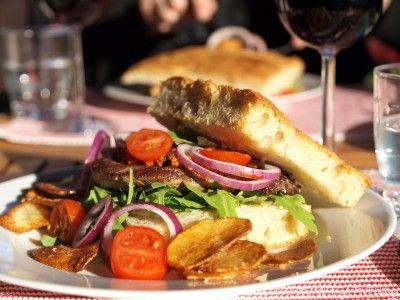Biffsandwich med rød pesto, potetchips og aioli - TRINEs MATBLOGG
