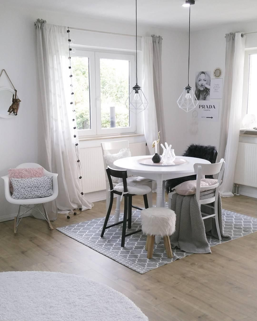 Verschiedene Stühle Mit Skandinavischen Design, Ein Wunderschöner Weißer  Tisch Mit Deko Accessoires Geschmückt Und Pendelleuchten Im Angesagten  Wire Look.