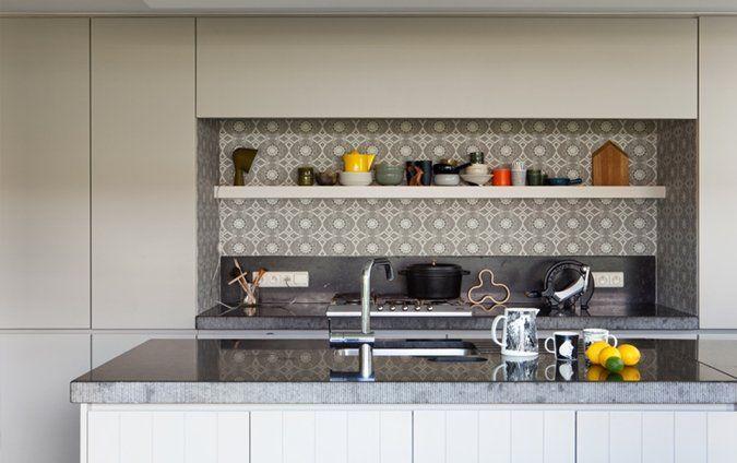 Kooknis met dessintegels als onderbreking egale kleuren | strakke landelijke keuken...