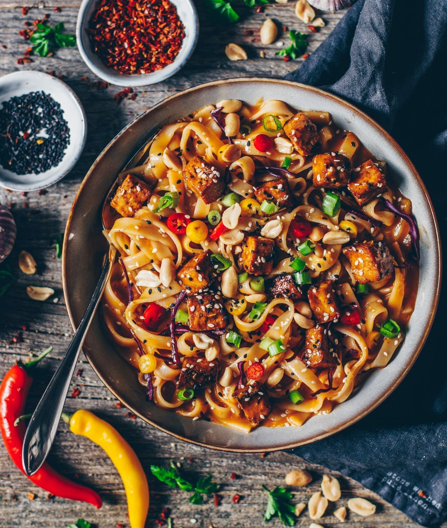 Asian noodles with tofu and peanut-sesame sauce - Bianca Zapatka | recipes -  Recipe for Asian noodles with a sauce made from chilli, peanut and sesame – vegan, quick and easy - #asian #bianca #crispierecipes #noodles #peanut #peanutsesame #recipes #sauce #sesame #tofu #zapatka