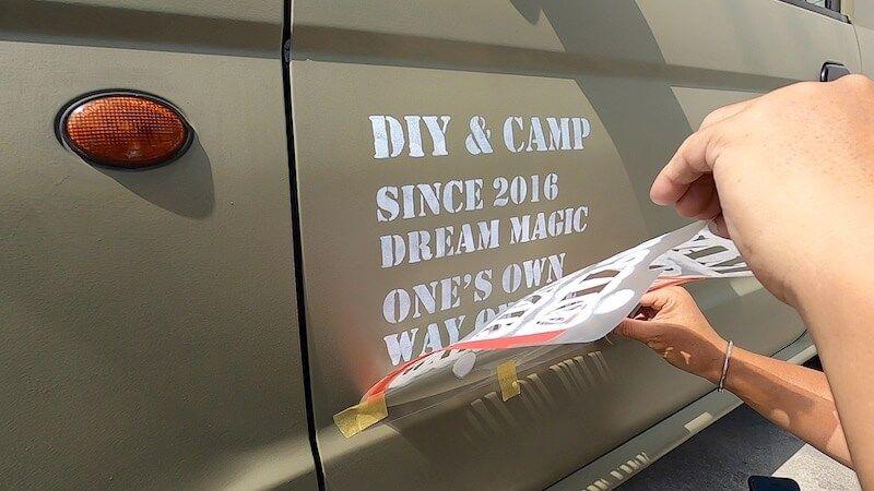 ステンシルで車をミリタリー 繰り返し使えるクリアファイル製ステンシルシート Diyレシピ情報サイト Tsukuroもっと Diy Design Studio ステッカー アウトドア ステンシルシート ジムニー ステッカー