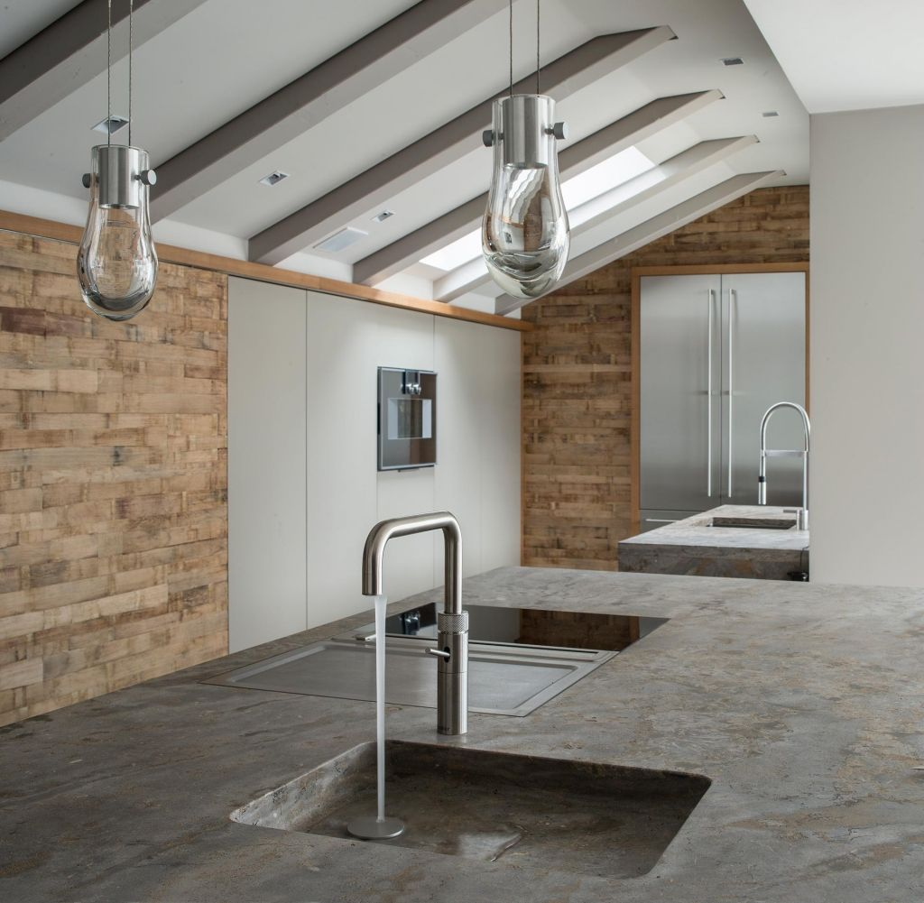 Offene Küche direkt unter dem Dach mit Wandelementen aus Barrique ...