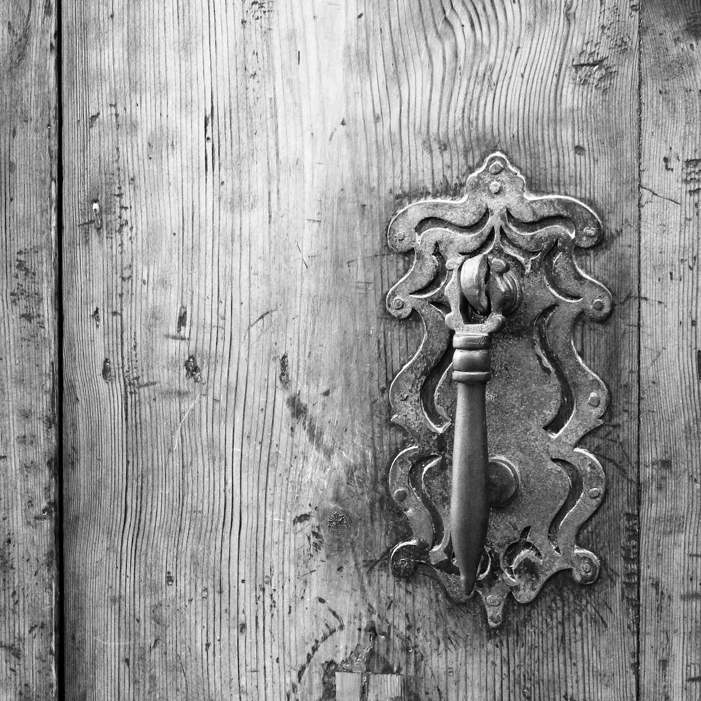 Busco acaso un encuentro que me ilumine el día, y no hallo más que puertas que niegan lo que esconden. Joaquín Sabina.