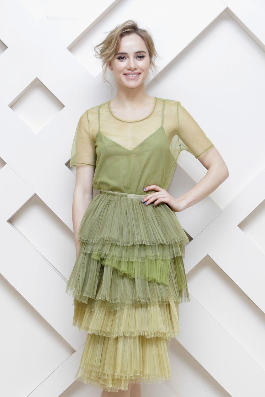 Suki waterhouse takes a fashion risk true icon pinterest