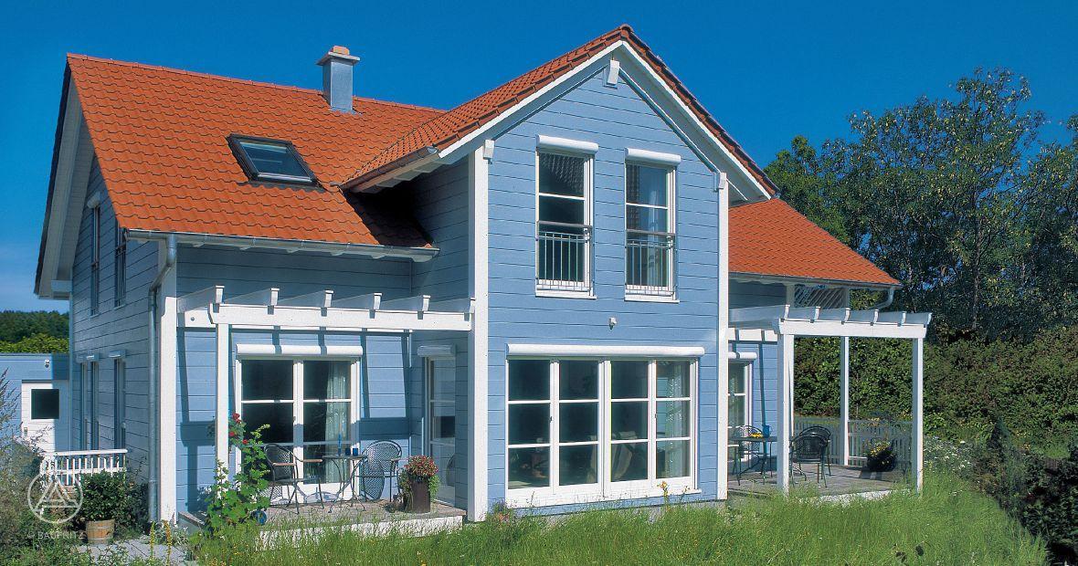 Schwedenhaus blau  Leuchtend blaue Holzfassade mit weißen Akzenten, großen ...