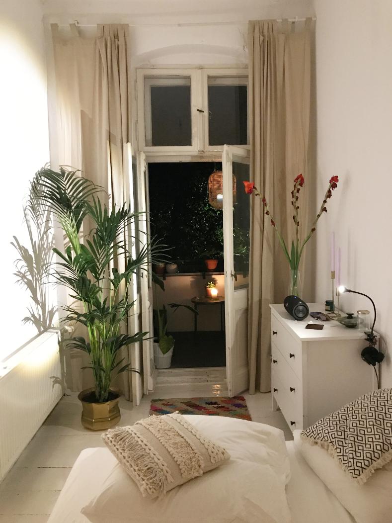 Schmales, gemütliches Zimmer