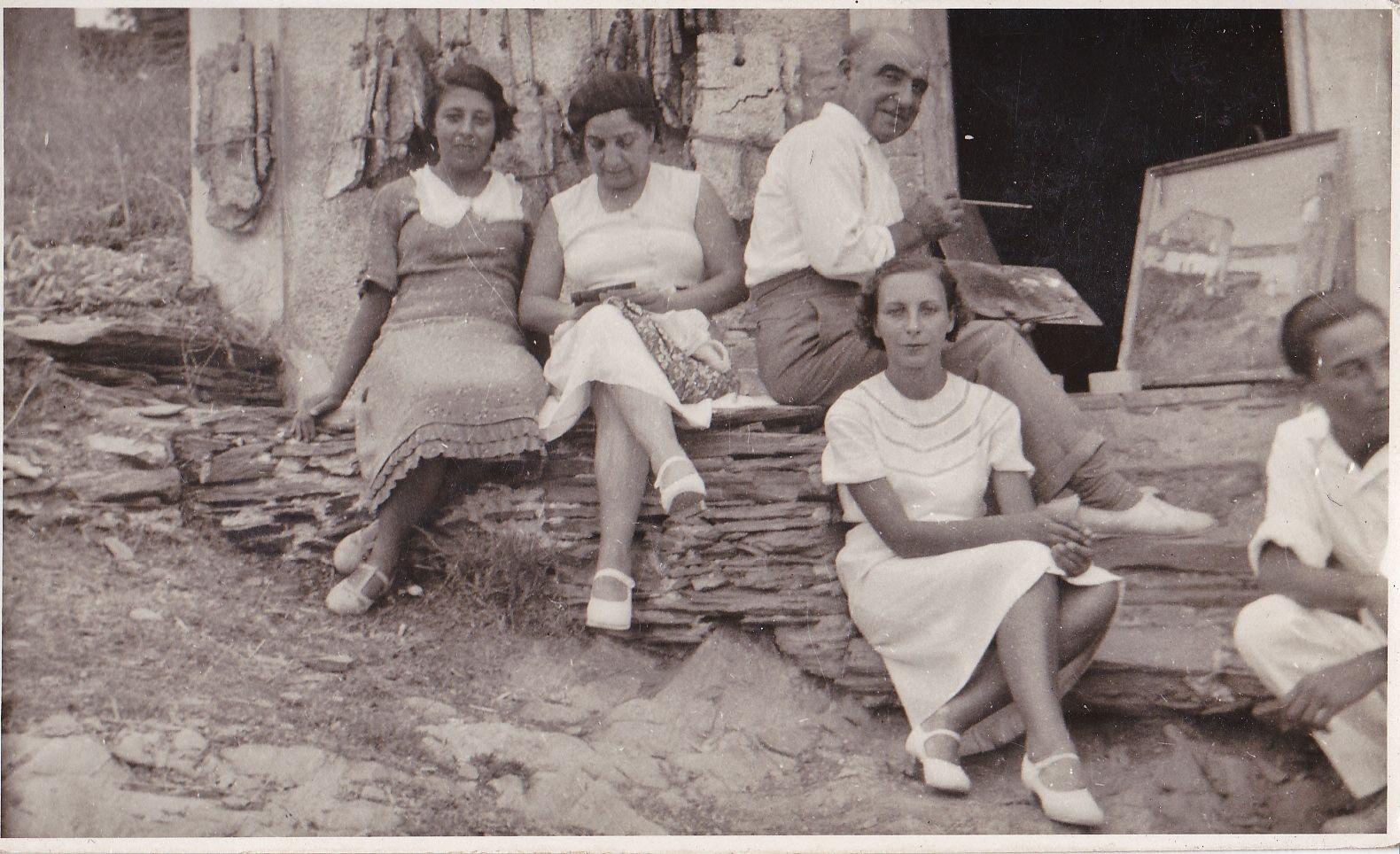 Eliseo Meifrén Roig pintando en Port Lligat, Cadaqués, junto a su segunda esposa, Julia Marina Lamana y a Mercedes, Raquel y José, hijos de la misma.