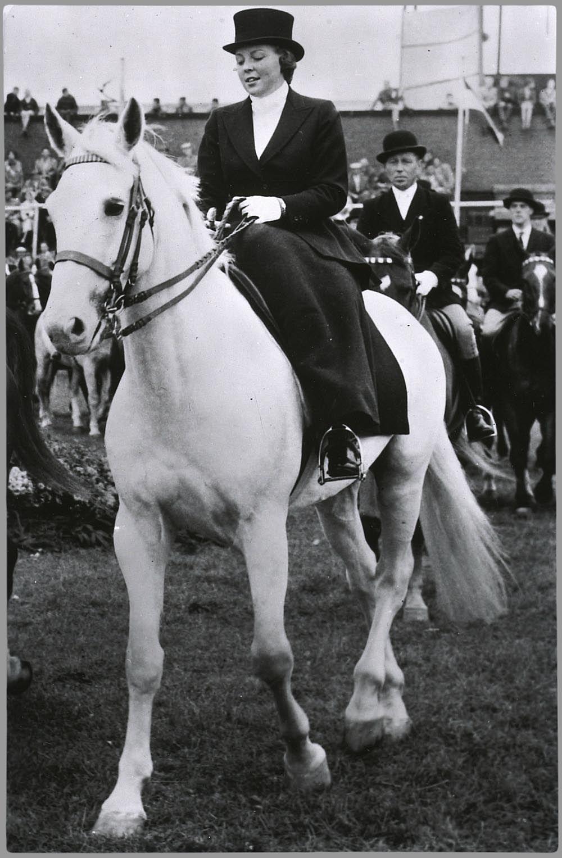 Prinses Beatrix in klassiek amazonekostuum