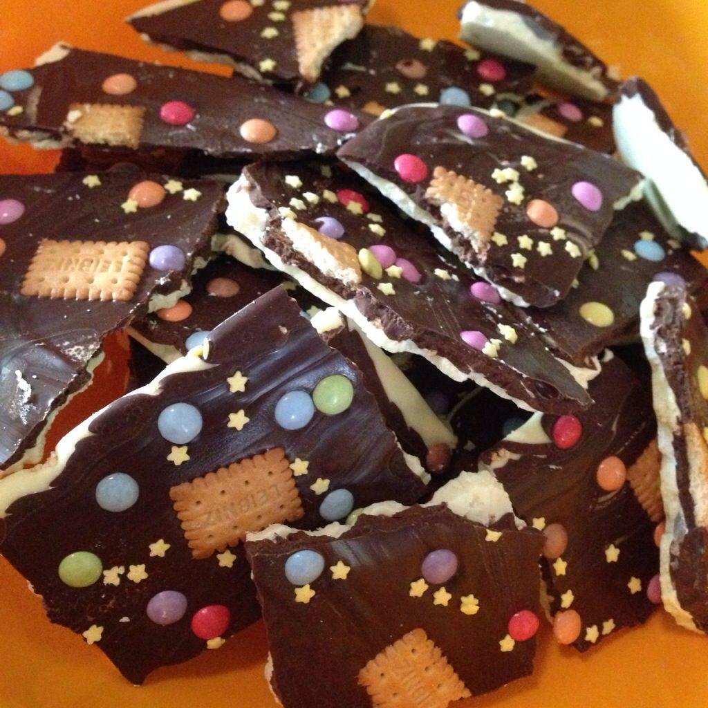 Gestern habe ich das erste mal Bruchschokolade gemacht und muss sagen: Ich bin begeistert! Ihr braucht dafür 600g weiße Kuvertüre 600g Zartbitterkuvertüre Deko, wie z. B. Smarties, Kekse, Rosinen, ...