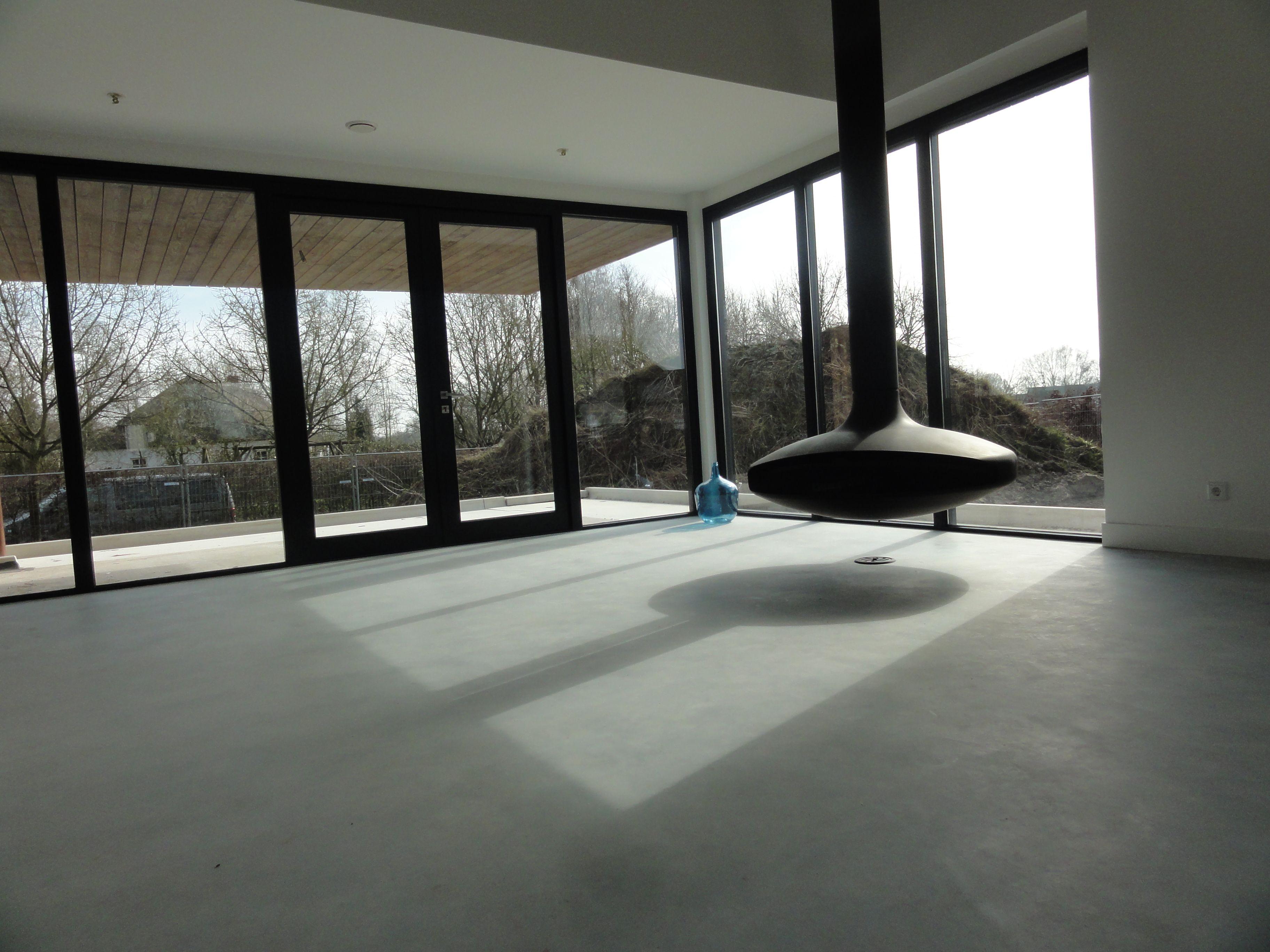 betonnen vloer, vrijhangende open haard FOCUS, woonkamer