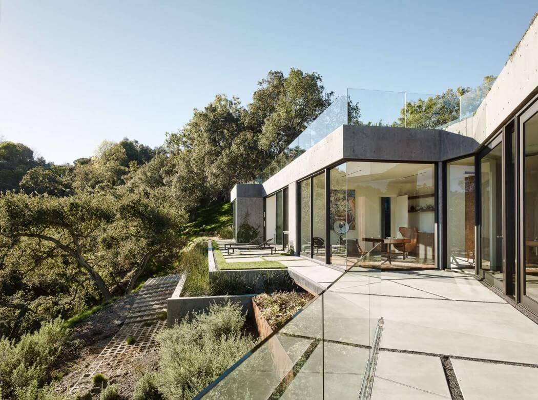Completed in 2015 in beverly hills united states images by joe fletcher the oak pass main house sits on the top of a acre ridge site with panoramic