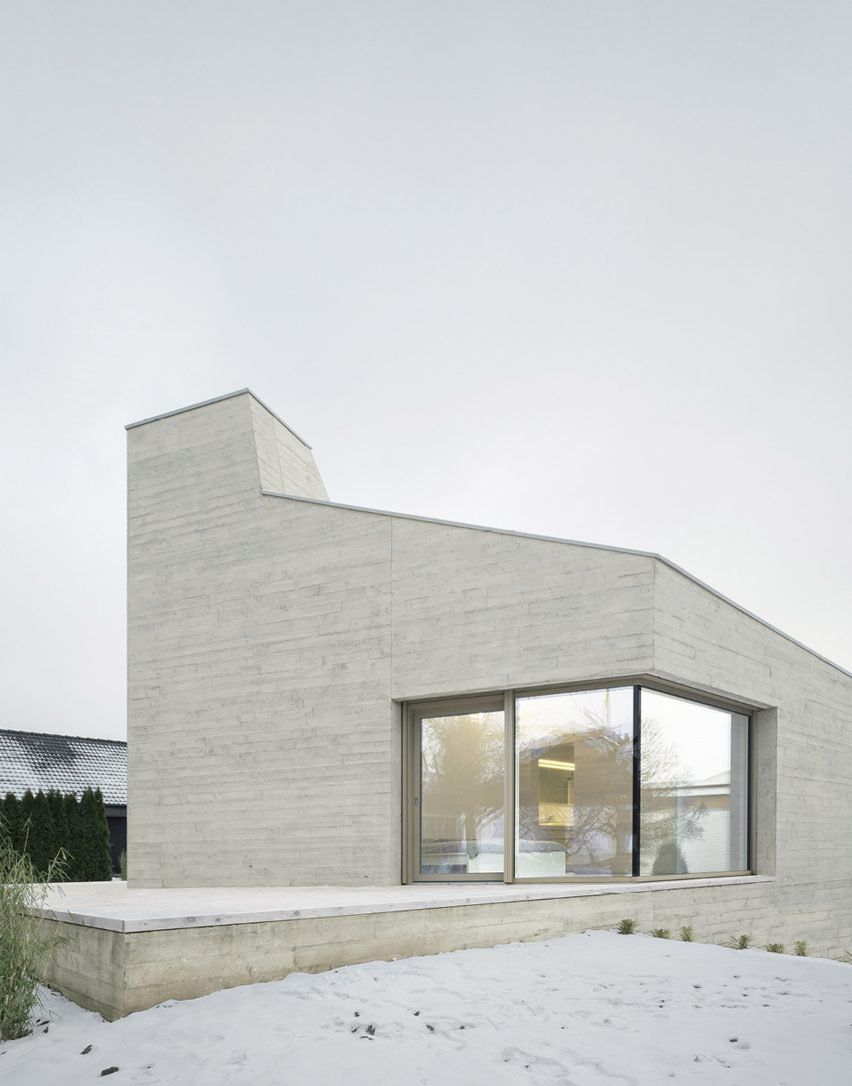 Angular Board Marked Concrete Walls Offer A Variety Of Views From The Pared Back Spaces Inside This House De Concrete House Architecture House Concrete Houses