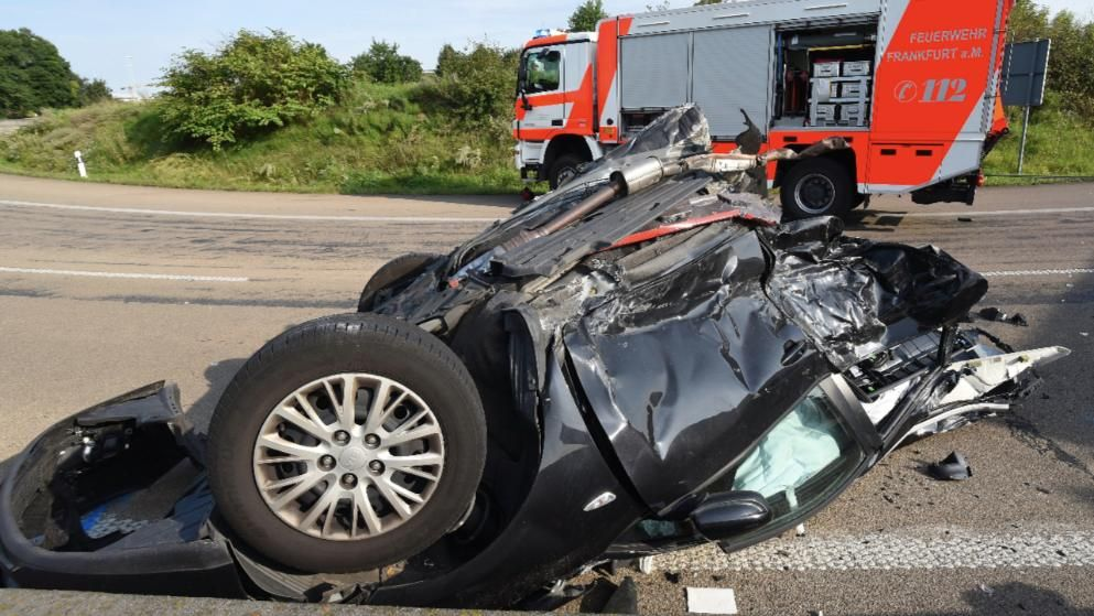 Unfall Frankfurter Kreuz A3 Lkw Reist Auto In Zwei Stucke Unfall Autos Lkw