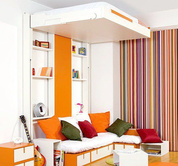 lit escamotable plafond canap dangle en blanc et orange sol en parquet massif et papier peint rayures multicolores - Lit Escamotable Plafond