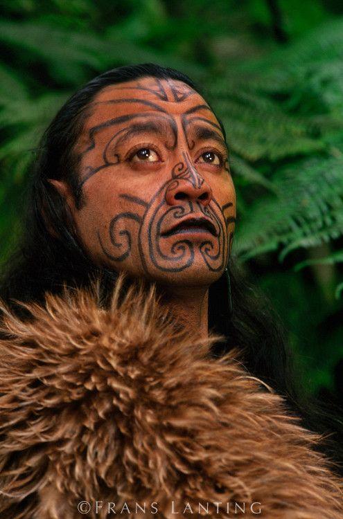 http://haben-sie-das-gewusst.blogspot.com/2012/08/tontrager-und-bucher-online-zu-geld.html  Maori man in kiwi cloak with Moko facial tatooes, Rotorua, New Zealand | © Frans Lanting