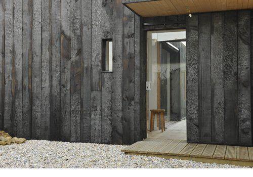 technique du shou sugi ban ou du bois br l pour un bardage une extension le garage. Black Bedroom Furniture Sets. Home Design Ideas