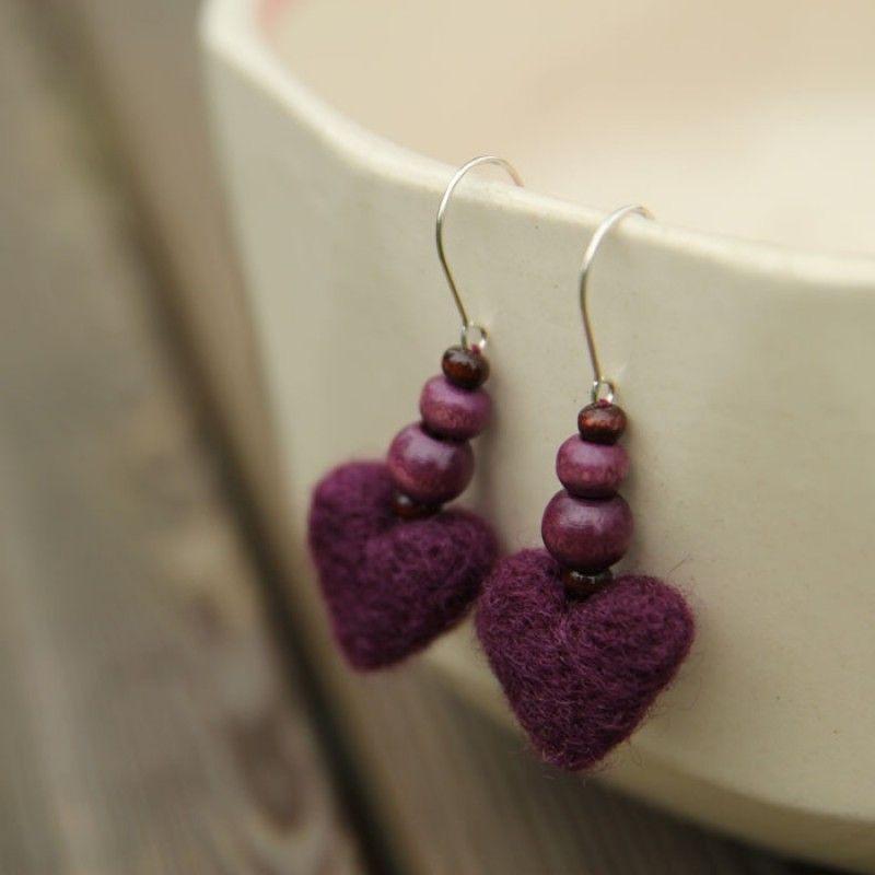 Käsintehdyt sydänkorvakorut ovat neulahuovutettua villaa. Käsinhuovutetut sydämet ja puuhelmiä.