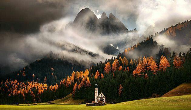 Iglesia en otoño, alpes italianos